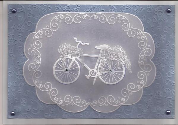 bicyclette bleue fleurie dentelle de papier